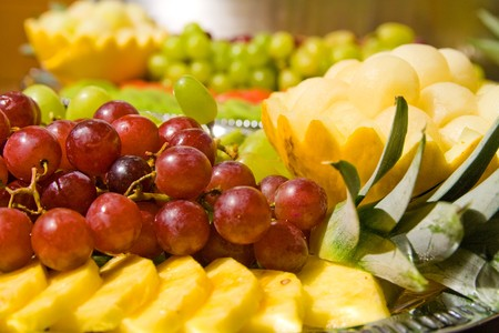 podnos: Tasty fruit salad on tray. Multiple fruits.