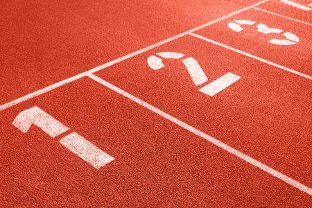 atletismo: De cerca los n�meros en rojo pista de atletismo. Foto de archivo