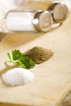 sal: D28 de sal y pimienta y montones pequeños.