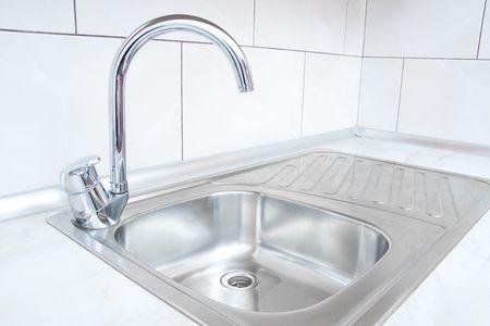 llave de agua: El agua de grifo y hundirse en una cocina moderna.  Foto de archivo