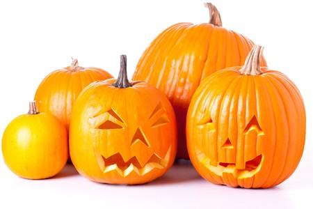 calabazas de halloween: Muchos naranja calabazas de halloween y Jack O linternas aislados sobre fondo blanco.