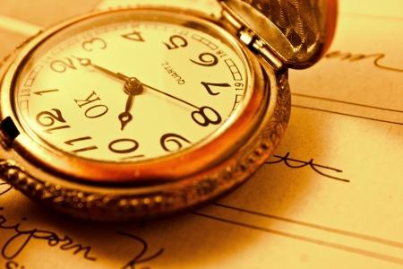 orologi antichi: orologio d'epoca su un libro