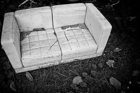 habitacion desordenada: viejo sof�