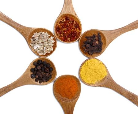 smell: Varias de las especias en cuchara de madera