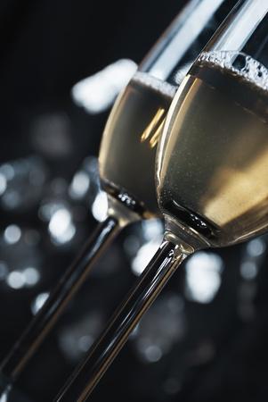 copa de martini: Champaigne en fuente de las luces de la noche Foto de archivo