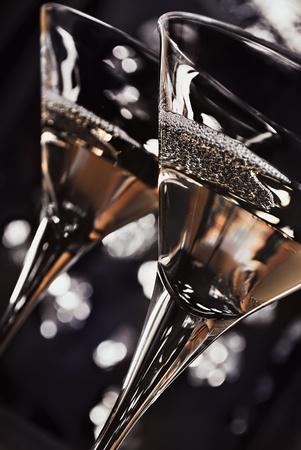 coctel de frutas: dos vasos de martini delante de las luces de la noche