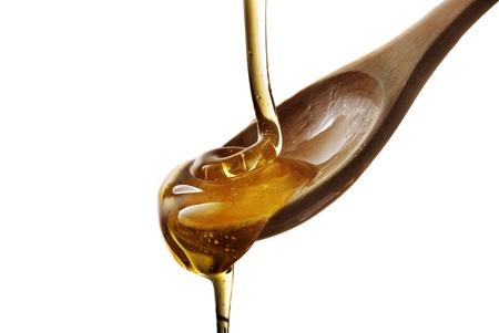cuchara: cuchara de madera con miel aislado en blanco