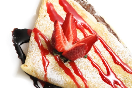 crepes: Panqueque decorativo con sirope de fresa y chocolate
