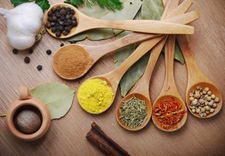 especias: Varias de las especias en cuchara de madera