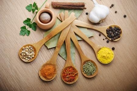 cuchara: Varias de las especias en cuchara de madera