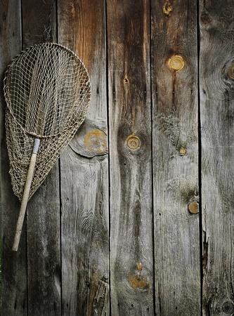 redes de pesca: Un viejo colgantes neto de pesca en pared de madera r�stica