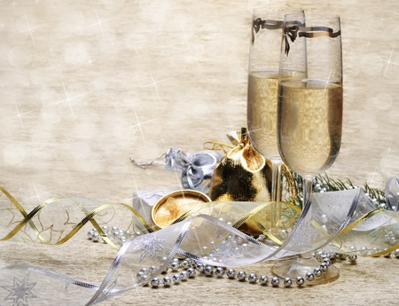 Two champagne glasses with presents and decorative ribbon Stockfoto