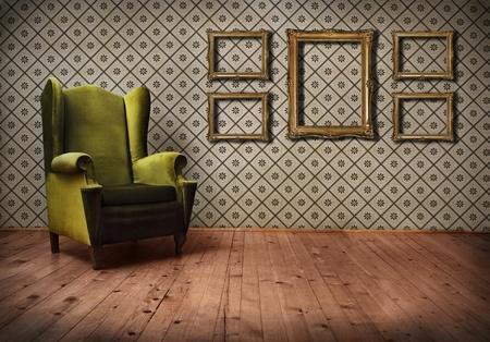 벽지와 오래 된 구식 된 안락 의자와 빈티지 룸
