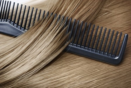 Long healthy blond hair and comb Stockfoto