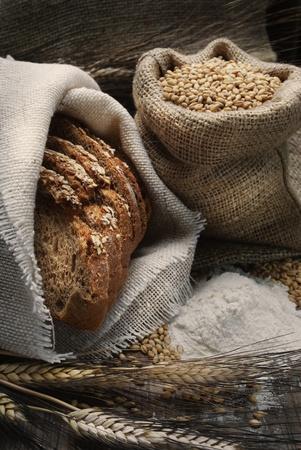 bolsa de pan: Pan y trigo o�dos sobre tabla de madera de �poca