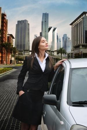 Belle femme d'affaires debout pr�s de sa voiture photo