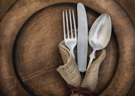 cubiertos de plata: Plata de la vendimia en la placa de madera Rustick