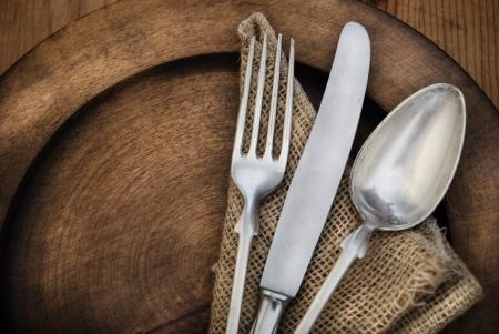 cubiertos de plata: Vintage cubiertos en el plato de madera rustick