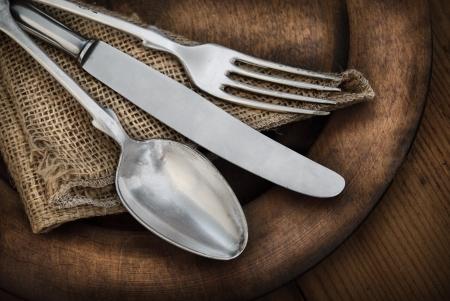 cubiertos de plata: Vintage cubiertos en el plato de madera r�stica Foto de archivo
