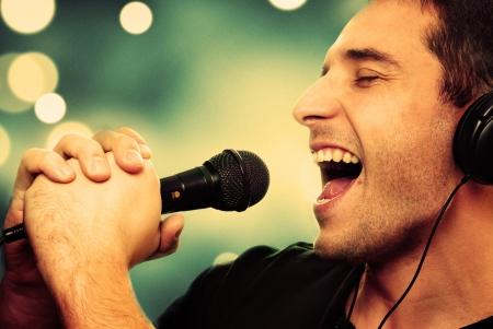 cantando: Imagen retra del hombre que canta en el micr�fono Foto de archivo