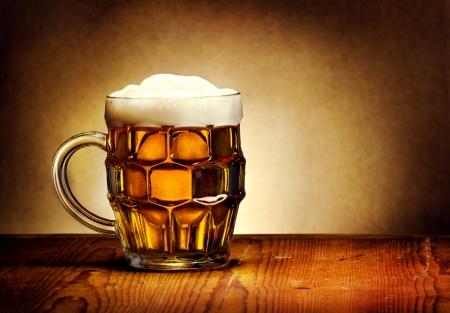 brew beer: Jarra de cerveza sobre la mesa de madera r�stica