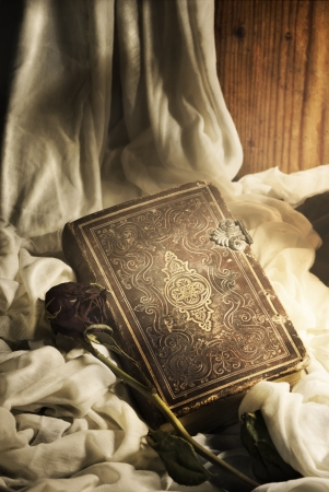 Натюрморт. Старые книги и розы. Фото со стока
