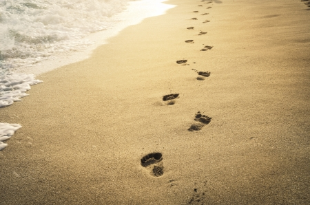 일몰에서 모래에 발자국 스톡 콘텐츠