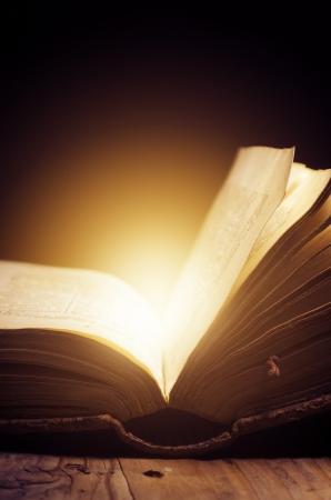 historias biblicas: Libro abierto con la luz mágica Foto de archivo