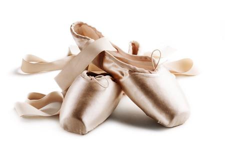 danza clasica: Zapatillas de punta aislado m�s de fondo blanco Foto de archivo