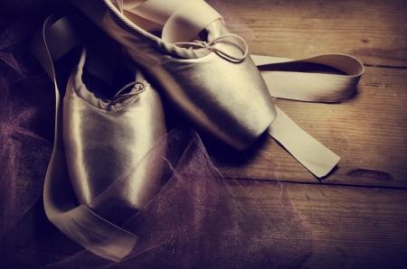 ポアント靴は木製の背景 写真素材
