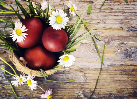 Red easter eggs in basket with flowers Banco de Imagens - 26824264