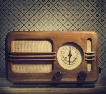 レトロな背景に旧式なラジオ