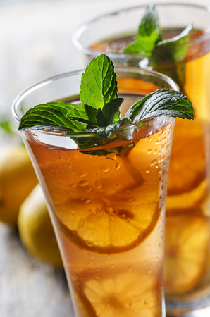 refreshing: Refreshing ice tea with lemon and mint