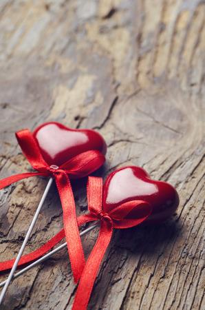 소박한 나무 테이블에 발렌타인 데이 하트