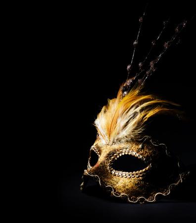 黒の背景の上の黄金のベネチアン マスク
