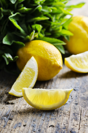 spearmint: Lemon slices and spearmint on rustic wooden table