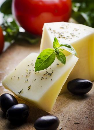 queso de cabra: Queso y aceitunas de mesa de madera Foto de archivo