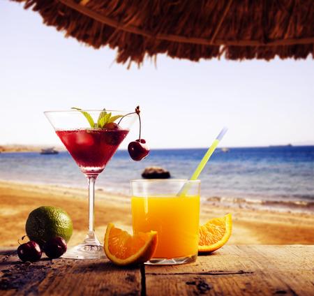 해변에서 칵테일. 여름 개념