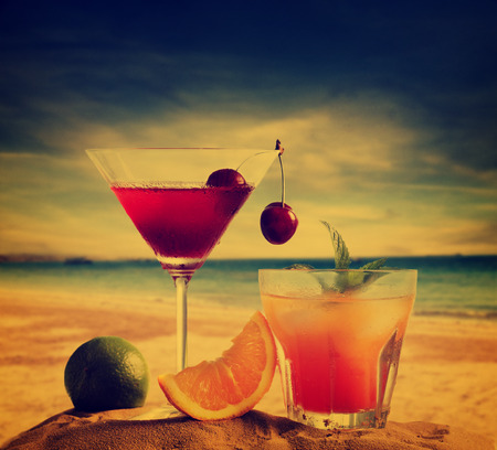 aperitif: Cocktails on the beach in retro style