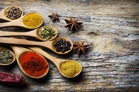 소박한 나무 테이블에 다채로운 향신료