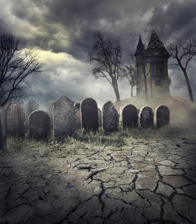 Hunted дом на жуткий кладбище Фото со стока