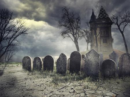 Hounted house on spooky graveyard Foto de archivo