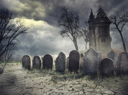 Hounted house on spooky graveyard Stockfoto