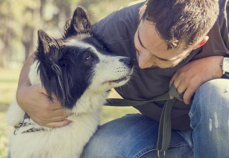 perros graciosos: Hombre con su perro jugando en el parque Foto de archivo