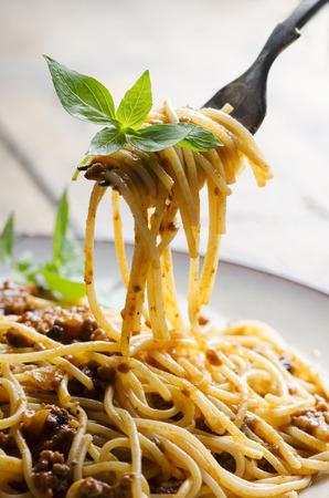 Spaghett with tomato sauce and basil on fork Stockfoto