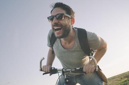 estilo de vida: Homem com bicicleta se divertindo. Imagem do estilo retro.