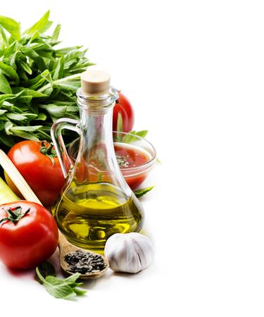 油、オリーブ、食品、料理、トマト、ニンニク、イタリア、背景、白、パスタ、成分、コショウ、ボトル、ハーブ、野菜、バジル、夕食、食べて、