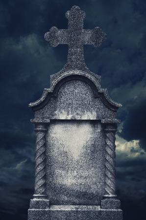 Oude grafsteen 's nachts. halloween concept.