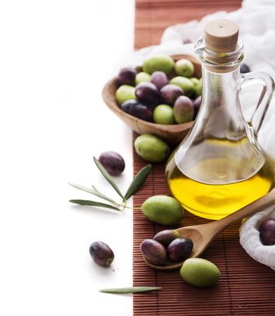 aceite de cocina: Botella de aceite de oliva y aceituna con copyspace