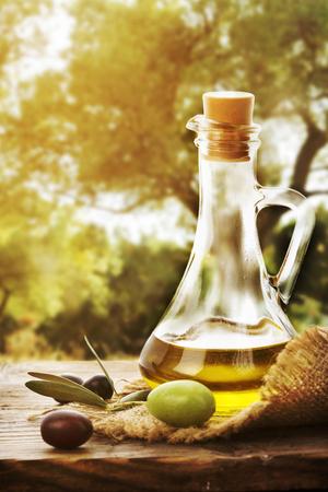 aceite de oliva: Botella de aceite de oliva y aceituna Foto de archivo